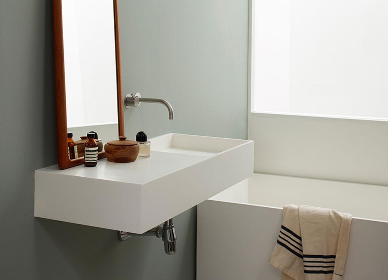 im bad sagt man psst und sorgt f r ordnung schlichtheit und qualit t das ergebnis ist ein. Black Bedroom Furniture Sets. Home Design Ideas